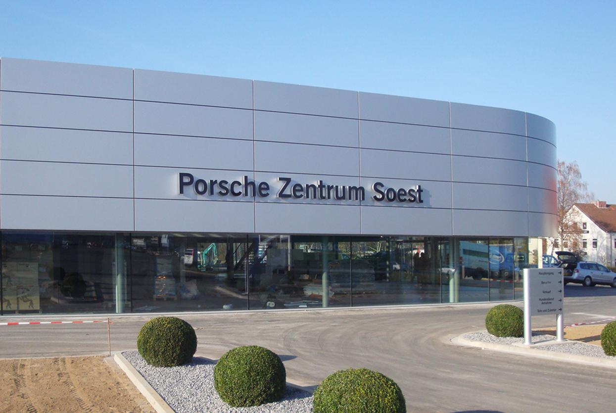Rahmenlose Schaufensterverglasung am Porsche Zentrum Soest